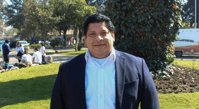 Fotografía del Dr. Jairo Vanegas en el campus universitario